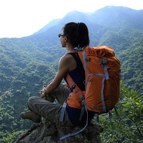 Mujer senderista en montaña