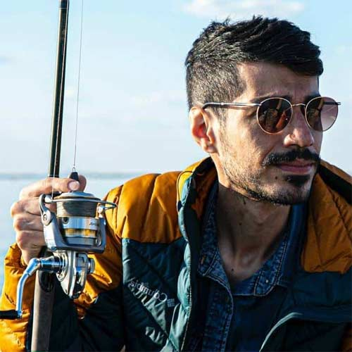 Hombre con gafas polarizadas mientras pesca
