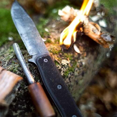 Hacer fuego con cuchillo de supervivencia con encendedor de ferrocerio